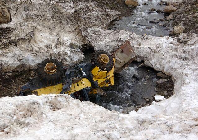 Van'ın Bahçesaray ilçesinde 4 ve 5 Şubat'ta meydana gelen çığ faciasında kara gömülen araçlar, havanın ısınmasıyla birlikte ortaya çıktı.