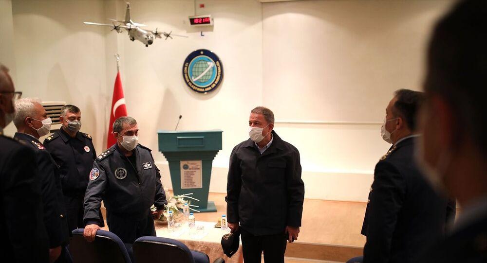 Milli Savunma Bakanı Hulusi Akar, beraberinde TSK Komuta Kademesi ile 10. Tanker Üs Komutanlığı ziyareti sonrasında 12. Hava Ulaştırma Ana Üs Komutanlığında incelemelerde bulundu. 222'nci Filo Komutanlığını ziyaret eden Akar, burada personelle bayramlaştı.