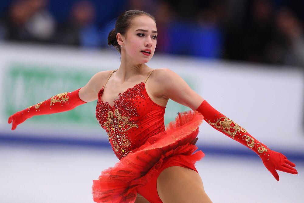 Rus artistik patinaj şampiyonu Alina Zagitova, başkent Moskova'da düzenlenen 2018 Avrupa Artistik Patinaj Şampiyonası'nda puz pateni yaparken