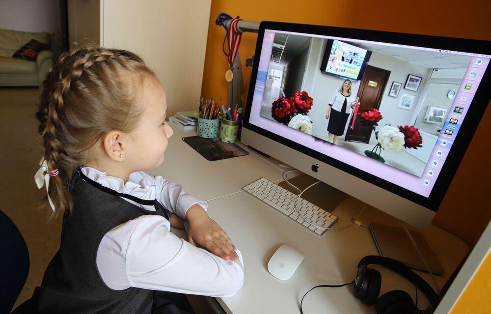 Rusya'nın Pyatigorsk kentinde 1. sınıf öğrencisi, okul müdürünün son ders zili bayramı nedeniyle yaptığı konuşmayı bilgisayardan izliyor