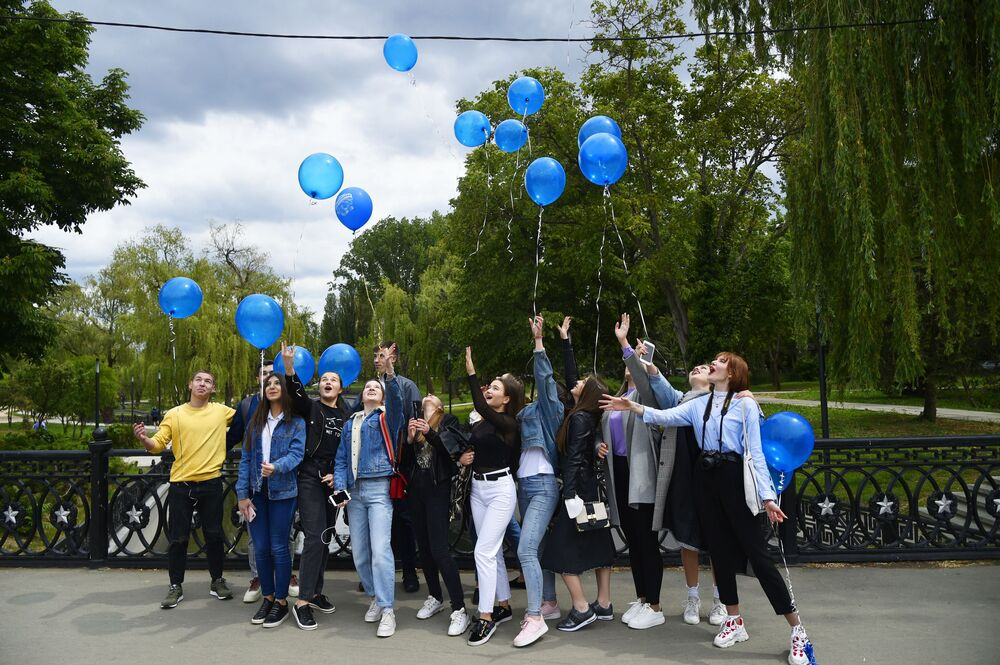 Koronavirüs kısıtlamalarının önemli ölçüde kaldırıldığı Kırım Yarımadası'nın Simferopol kentindeki  okul öğrencileri Son Ders Zili Bayramı kutlamalarına katıldı