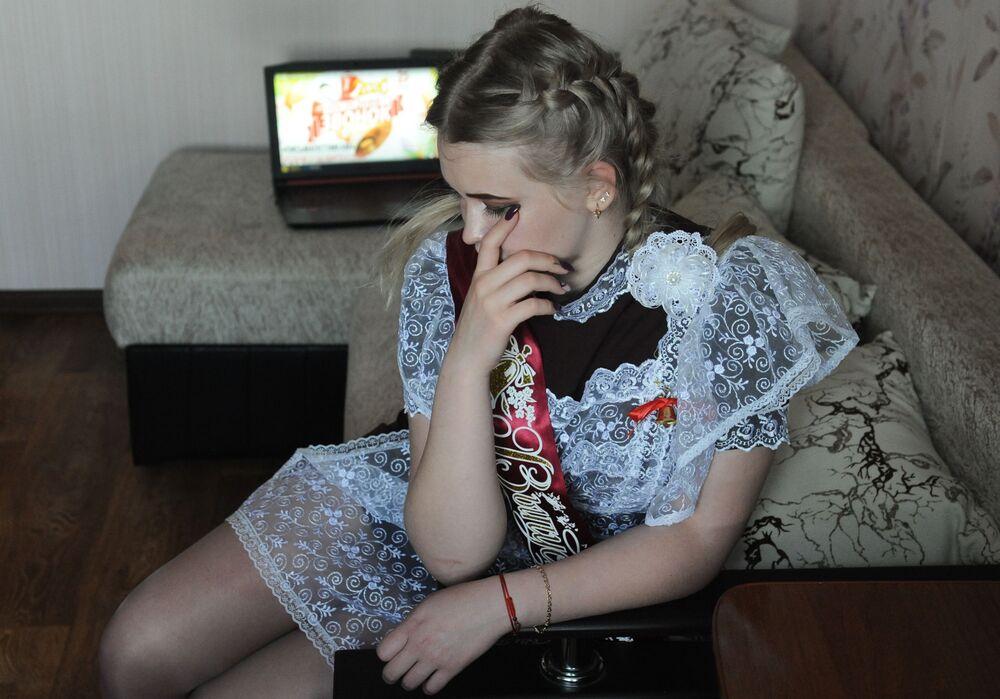 Rusya'da koronavirüs salgınıyla mücadele kapsamında uygulanan kısıtlamalar nedeniyle her yıl Mayıs sonunda okulların son sınıflarında okuyan öğrenciler için düzenlenen 'Son Ders Zili' etkinliği  ülkenin bazı bölgelerinde ilk defa sanal ortamda gerçekleşti.  Fotoğrafta: Tambov kentinin sakini  okul öğrencisi kendi evinde son  ders zili etkinliğini canlı yayında izliyor