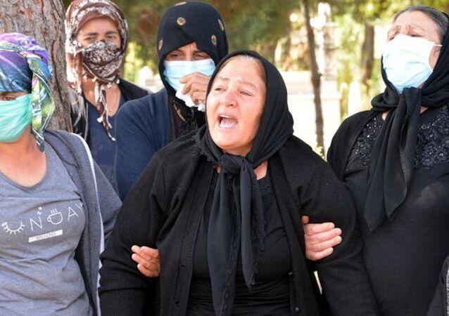 Muğla'da milli boksör sevgilisi Selim Ahmet Kemaloğlu tarafından bıçaklanarak öldürülen Zeynep Şenpınar, memleketi Kahramanmaraş'ta babasının yanına defnedildi. Kızının tabutuna sarılarak gözyaşları döken acılı anne Zeynep nasıl kıydılar sana her tarafın yara Zeynep. Katil, kızımı parçaladın, katil'' diyerek feryat etti.