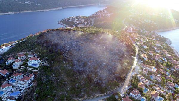 Antalya'nın Kaş ilçesi Çukurbağ Yarımada mevkiinde çıkan orman yangını tamamen söndürülürken alevlerin verdiği zarar gün ağarınca ortaya çıktı. Yaklaşık 4 saat devam eden yangında 3 hektarlık makilik alan kül oldu. - Sputnik Türkiye
