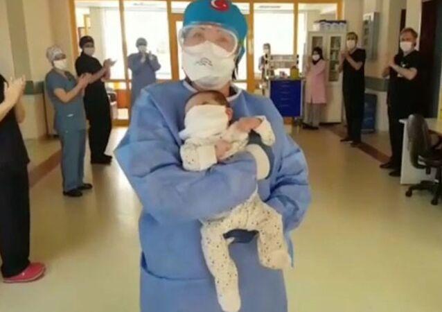 45 günlük bebek, koronavirüsü yendi
