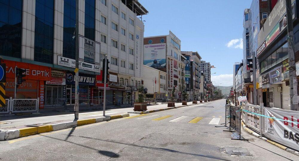 Türkiye genelinde uygulanan sokağa çıkma kısıtlaması nedeniyle Van'da cadde ve sokaklar - Van