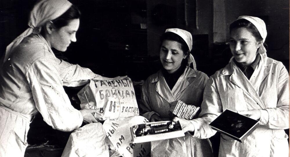 Krasnıy Oktyabr çikolata fabrikasının çalışanları, Kızıl Ordu askerleri için hediyeler hazırlıyor.