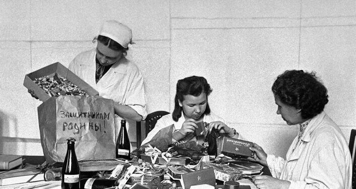 Krasnıy Oktyabr çikolata fabrikasının çalışanları, Kızıl Ordu askerleri için hediyeler hazırlıyor. Moskova, 1941 yılı.