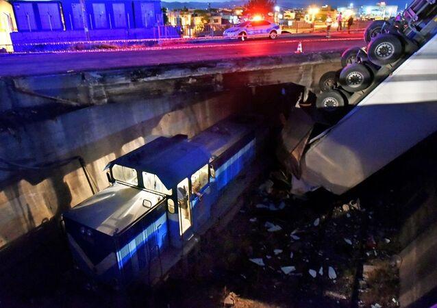 Mersin'de üst geçitte kontrolden çıkıp demiryolunda ilerleyen yük treninin üzerine düşen tırın şoförü yaralı kurtarıldı.