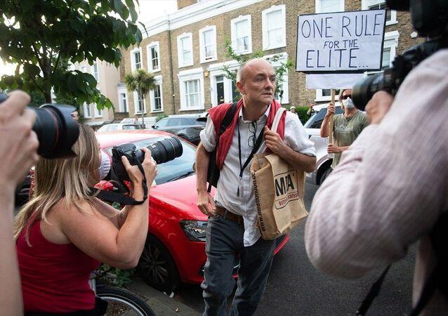 İngiltere'de Başbakan Jonhson'ın Başdanışmanı Cummings evinin önünde protesto edildi