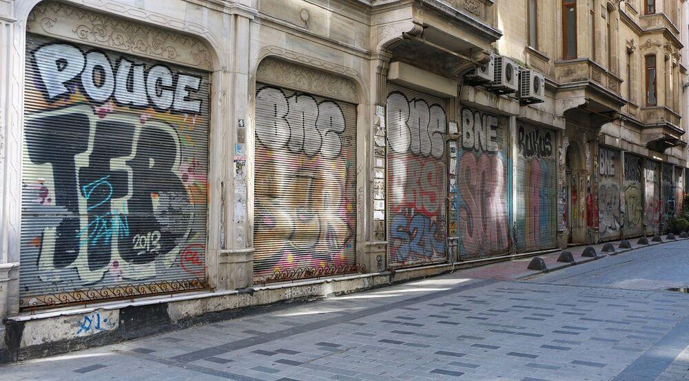 Kentin tarihi dar sokaklarının bulunduğu meşhur İstiklal Caddesi, Karaköy ve Eminönü'nde dükkanların kepenkleri üzerinde yer alan grafiti çalışmaları dikkat çekti.