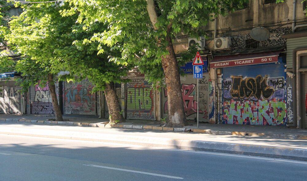 """Çalıştığı restoranın duvarında grafiti çalışması bulunan Barış Çolak ise, """"Ulaş arkadaşımız bizi grafitiye yönlendirdi. O yüzden kafemizde böyle bir grafiti düşündük. Mahalle ve esnaflar çok sevdi. Sürekli çocuklarını ve eşlerini getirip fotoğraf çektiriyorlar. Arkadaşlarımız da tatlımızı anlatan 'Daha tatlısını bulamazsın' diye bir yazı yazdılar"""" diye konuştu."""