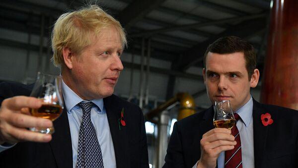 İngiltere Başbakan Boris Johnson ile Devlet Bakanı ve İskoç Muhafazakâr Parti üyesi Douglas Ross - Sputnik Türkiye