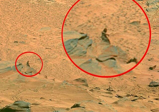 NASA'nın Mars'tan yayınladığı fotoğraflardaki bir detay sosyal medyada olay yarattı, NASA'nın keşif aracı Curiosity'nin çektiği fotoğraftaki görüntü uzayda saklanan kadına benzetildi
