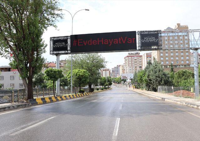 Yeni tip koronavirüsle (Kovid-19) mücadele tedbirleri kapsamında Ramazan Bayramı'nı kapsayan 4 günlük sokağa çıkma kısıtlamasının başlamasıyla Gaziantep'te sokak ve caddeler boş kaldı. Kent merkezinde de sessizlik hakim - Gaziantep