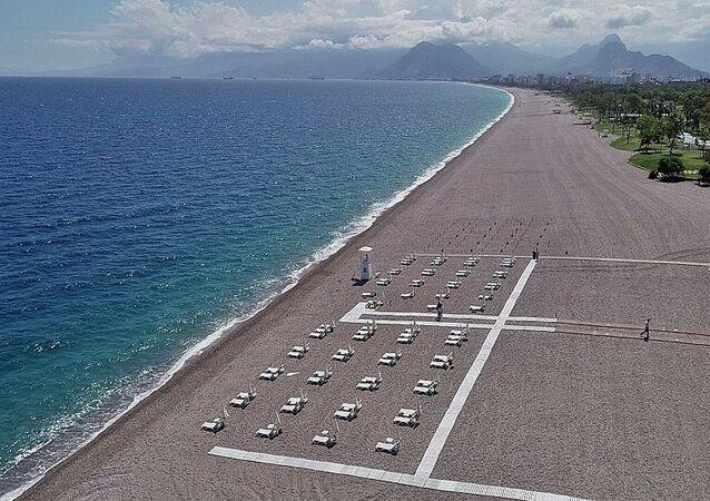 Antalya'da korona virüs tedbirleri kapsamında giriş ve çıkışları kapatılan dünyaca ünlü Konyaaltı sahilinin yaz sezonuna açılması için hazırlanan 'yeni düzen' tamamen şekillendi.