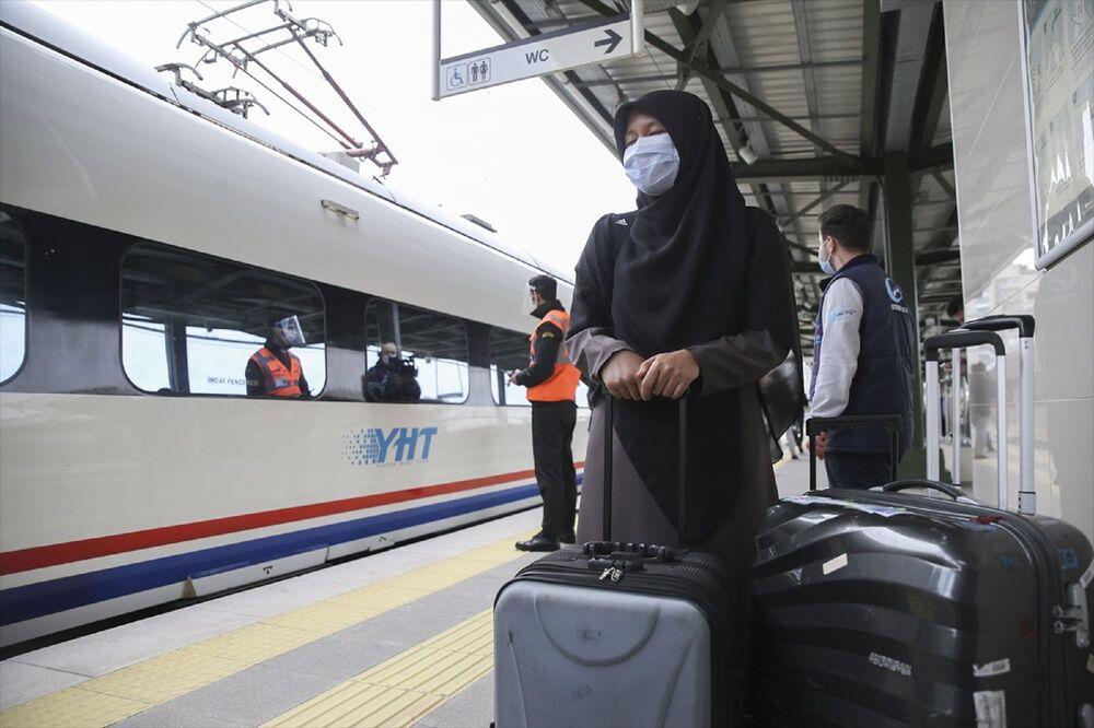 Bu sabah Ankara YHT Gar'dan Ulaştırma ve Altyapı Bakanı Adil Karaismailoğlu'nun katılımıyla düzenlenen törenle uğurlanan yüksek hızlı tren, öğle saatlerine doğru İstanbul Söğütlüçeşme YHT Garı'na ulaştı.