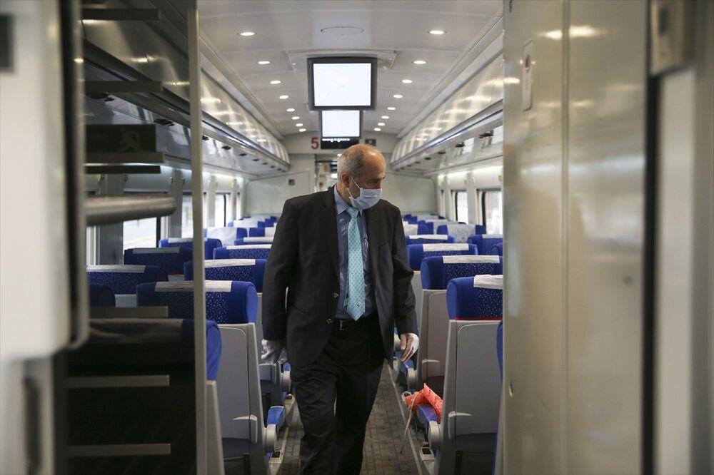 Sosyal mesafe kuralına uygun, seyrek oturma düzeniyle yolcuların yan koltuklarının boş bırakıldığı gözlenen vagonlarda, antidezenfektanlar dikkati çekti.