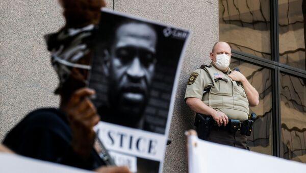 ABD'nin Minneapolis kentinde siyahi George Floyd'un (46) gözaltına alınma işlemi sırasında polis şiddetiyle hayatını kaybetmesi protesto edildi - Sputnik Türkiye