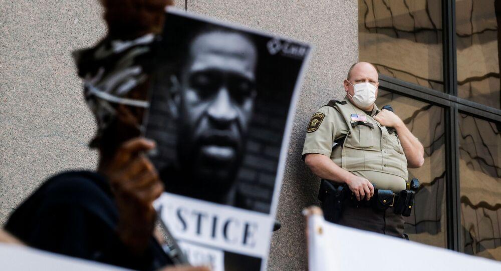 ABD'nin Minneapolis kentinde siyahi George Floyd'un (46) gözaltına alınma işlemi sırasında polis şiddetiyle hayatını kaybetmesi protesto edildi