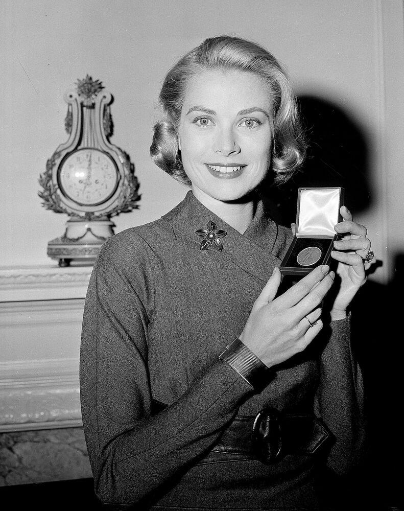 Tüm zamanların en iyi oyuncularından biri olarak kabul edilen Hollywood oyuncusu  ve Monako prensesi Grace Kelly, 1956