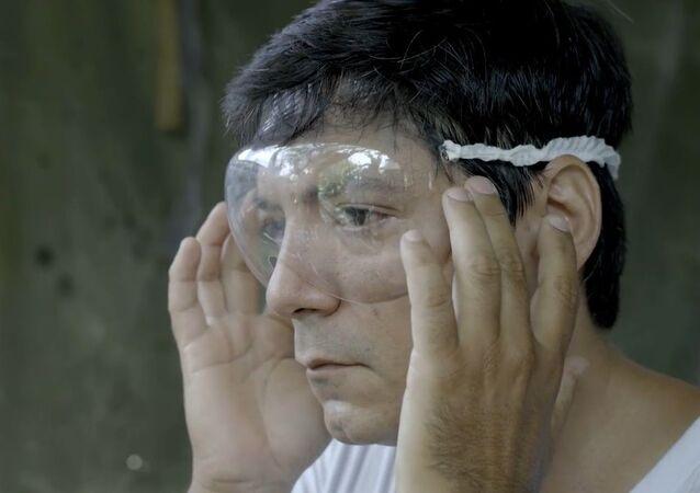 Kübalı tasarımcı, sağlık çalışanları için plastik şişelerden siperlik yapıyor