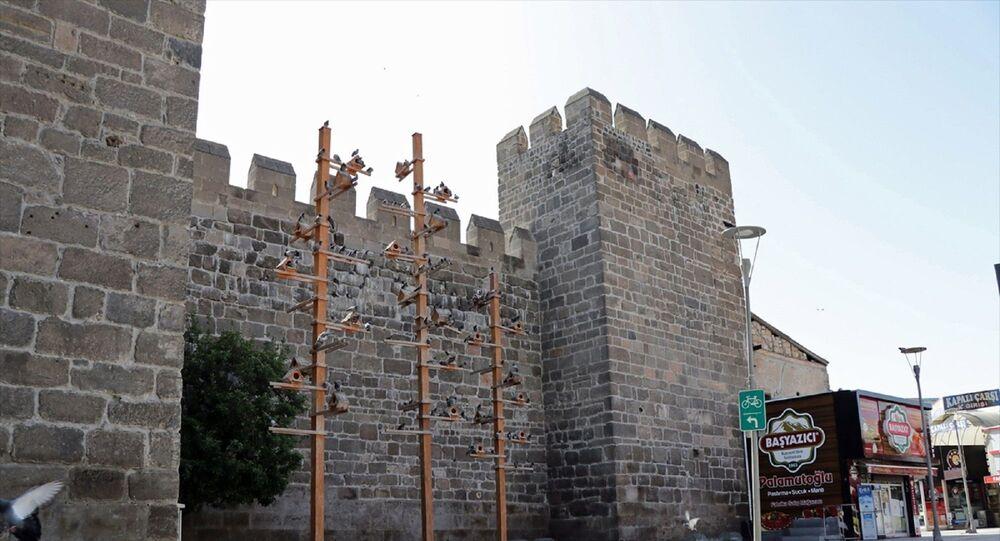 Yeni tip koronavirüsle (Kovid-19) mücadele kapsamında sokağa çıkma kısıtlamasının uygulandığı Kayseri:  Cumhuriyet Meydanı, Kayseri Kalesi çevresi ve Pastırmacılar Çarşısı boş kaldı.