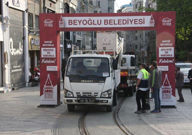 İstanbul Büyükşehir Belediyesi (İBB) ile Beyoğlu Belediyesi zabıta ekipleri, İstiklal Caddesi girişine kurulan tak nedeniyle tartıştı.