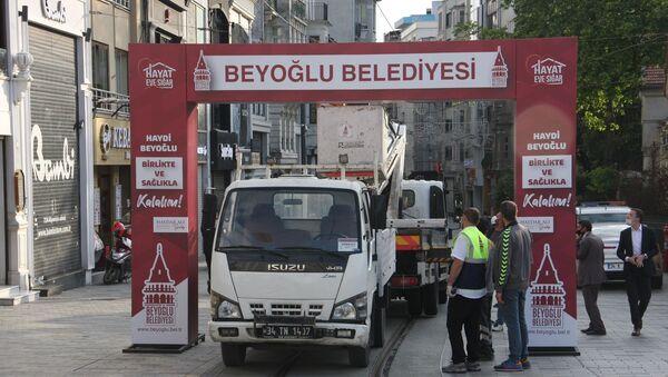 İstanbul Büyükşehir Belediyesi (İBB) ile Beyoğlu Belediyesi zabıta ekipleri, İstiklal Caddesi girişine kurulan tak nedeniyle tartıştı.  - Sputnik Türkiye
