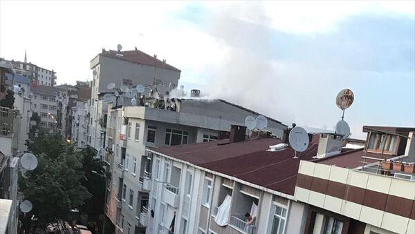 Küçükçekmece'de sokağa çıkma kısıtlaması nedeniyle çatı katında yapılan mangal yangına neden oldu. Alevler içinde kalan çatı kısa sürede söndürüldü. - Sputnik Türkiye