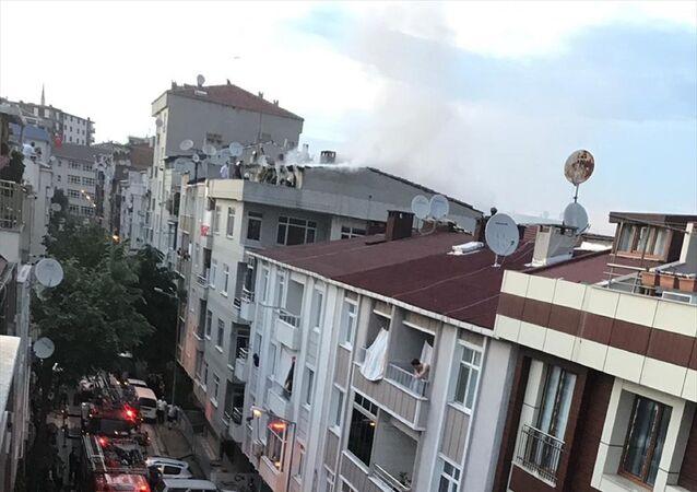 Küçükçekmece'de sokağa çıkma kısıtlaması nedeniyle çatı katında yapılan mangal yangına neden oldu. Alevler içinde kalan çatı kısa sürede söndürüldü.