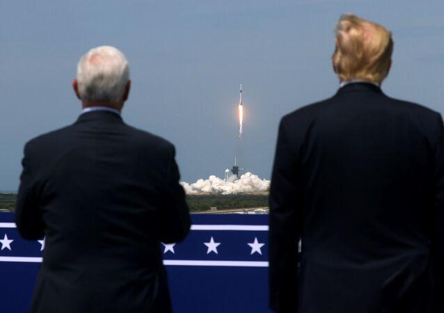 ABD Başkanı Donald Trump ve Başkan Yardımcısı Mike Pence, SpaceX'in Falcon 9 uzay mekiğinin fırlatılışını izledi.