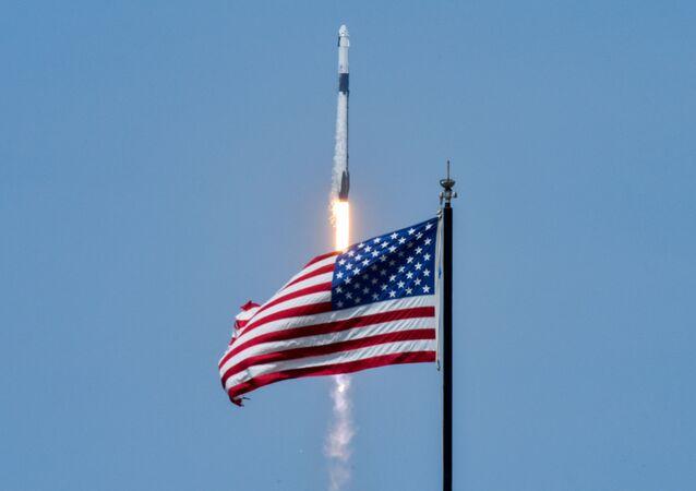 Olumsuz hava koşulları nedeniyle ertelenen SpaceX'in 'Crew Dragon' isimli uzay mekiğiyle NASA ortaklığında ilk insanlı uçuş denemesi başarı ile gerçekleştirildi.