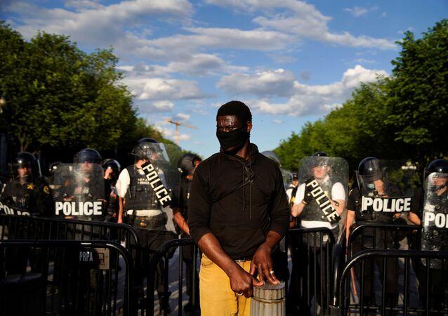 ABD'nin başkenti Washington DC'de George Floyd'un polis şiddeti sonucu öldürülmesine tepki olarak Beyaz Saray önünde düzenlenen protestolara müdahale eden güvenlik güçleri ile göstericiler arasında çatışma çıktı.