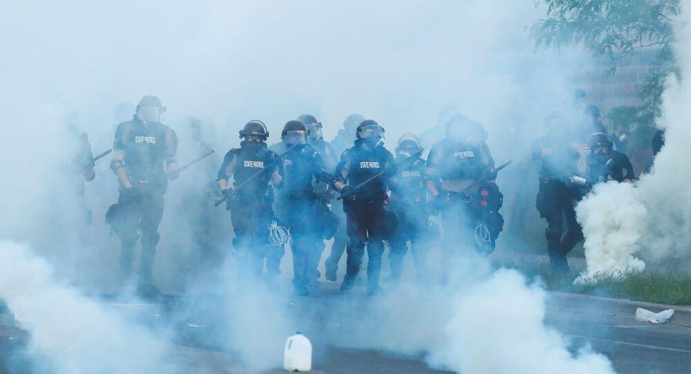 ABD'de polis şiddeti sonucu yaşamını yitiren George Floyd için adalet talebiyle Minnesota'nın Minneapolis şehrinde düzenlenen protestolarda polis göstericilere biber gazı sıktı
