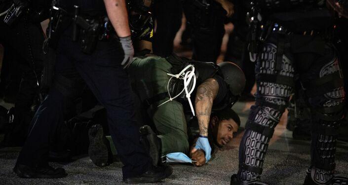ABD'de polis şiddeti sonucu yaşamını yitiren George Floyd için adalet talebiyle Atlanta'da düzenlenen protestolarda polis, göstericilerden bazılarını gözaltına aldı.