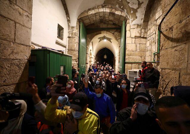 Kudüs'te 2 aydan uzun süre sonra korona önlemleri kaldırılıp yeniden açılan Mescidi Aksa'ya cep telefonlarıyla tekbir getirerek giren Müslümanlar (31 Mayıs 2020)