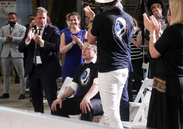 Uzaya ABD astronotlarını gönderen ilk özel şirket olan SpaceX'e tebrik