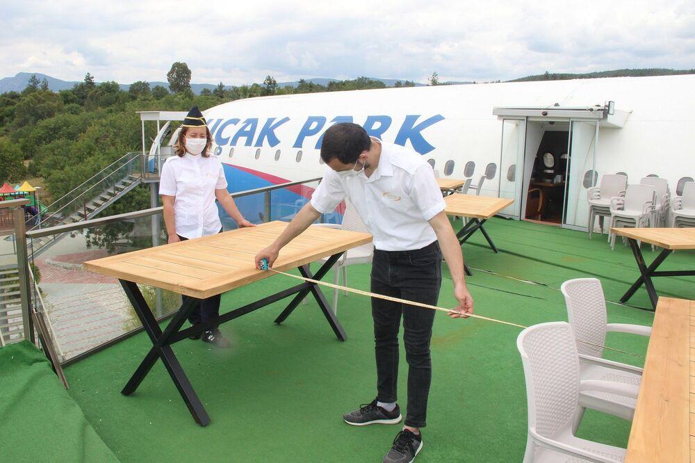 Özellikle müşterilerin daha çok tercih ettiği uçak kanatlarındaki masalar bakanlığın belirlediği kriterlere göre yeniden düzenlendi.