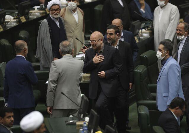 İran'ın yeni Meclis Başkanıseçilen Muhammad Bakır Kalibaf milletvekillerini selamlarken