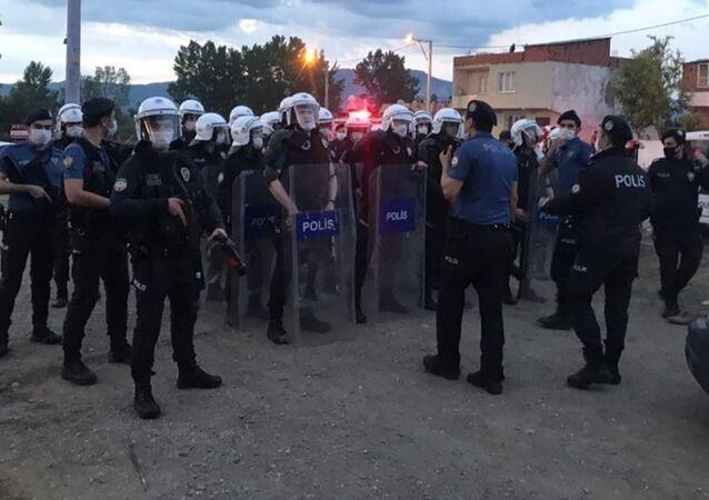 İçişleri Bakanı Süleyman Soylu,Bursa'da kavgayı ayırmak için çaba sarf eden bir polisin hayatını kaybettiğini bildirdi.