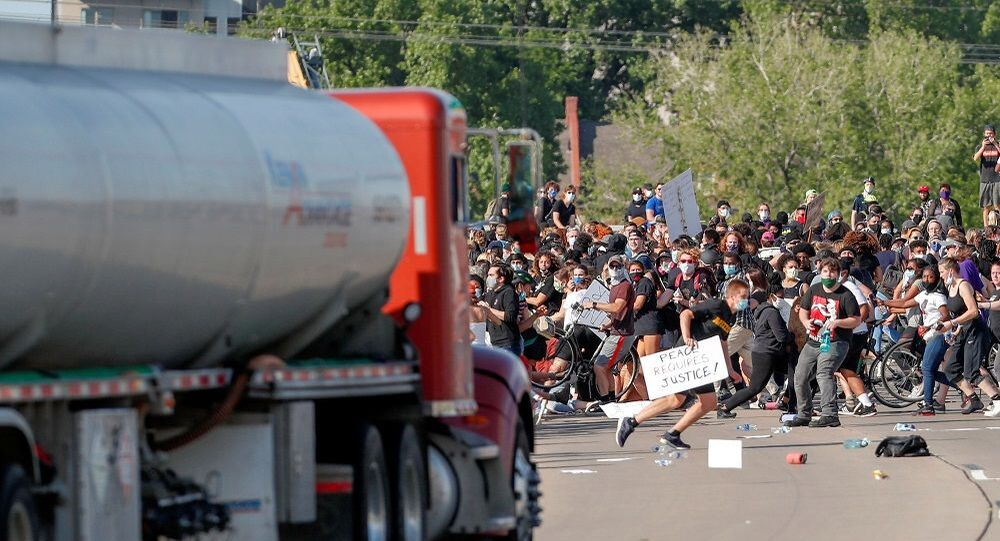 Minneapolis'te tanker sürücüsü, aracını otobanda toplanan binlerce protestocunun üzerine sürdü.