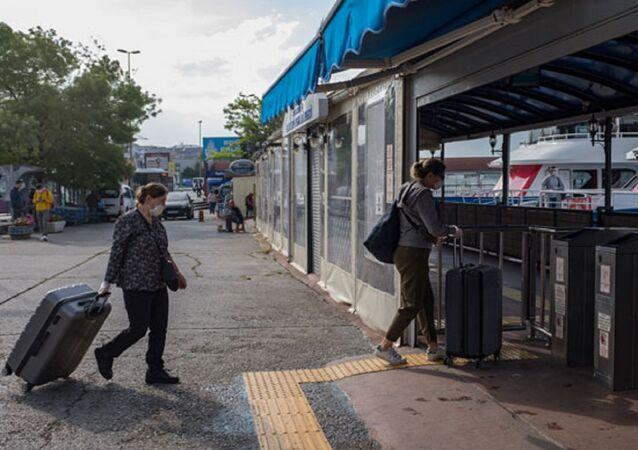 Koronavirüs tedbirleri kapsamında adalara giriş ve çıkışlar 26 Nisan ve 31 Mayıs tarihleri arasında, belirli istisnalar dışında durdurulmuştu. Bugün itibarıyla kısıtlama sona erdi. Vatandaşların, sabahın erken saatlerinden itibaren adalara geçmek için Kadıköy İskelesi'ne geldiği görüldü.