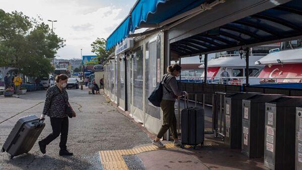 Koronavirüs tedbirleri kapsamında adalara giriş ve çıkışlar 26 Nisan ve 31 Mayıs tarihleri arasında, belirli istisnalar dışında durdurulmuştu. Bugün itibarıyla kısıtlama sona erdi. Vatandaşların, sabahın erken saatlerinden itibaren adalara geçmek için Kadıköy İskelesi'ne geldiği görüldü.  - Sputnik Türkiye