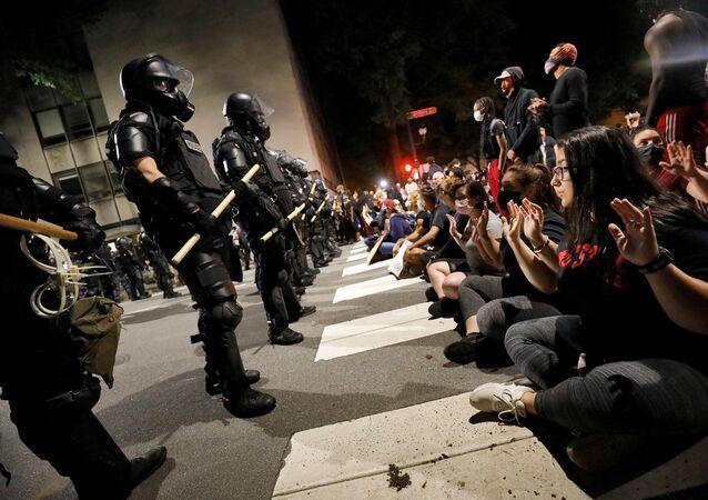 Floyd protestoları - polis