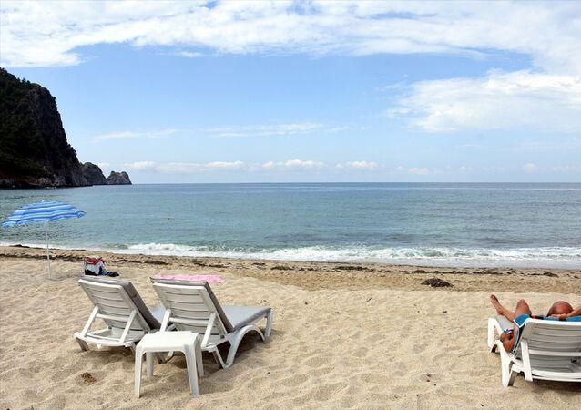 Antalya'nın dünyaca ünlü plajları, yeni tip koronavirüs (Kovid-19) kısıtlamasının kaldırılmasıyla sabahın ilk ışıklarından itibaren ilgi gördü. Alanya ilçesinde yerli ve yabancı tatilcilerin bir kısmı dünyaca ünlü Kleopatra Plajı'nı tercih etti.