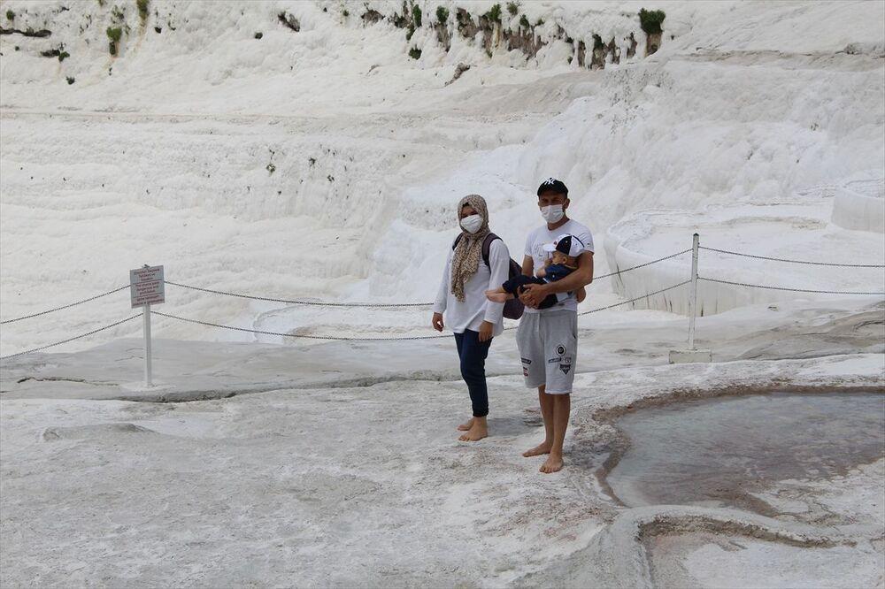Güvenlik görevlileri, turistleri sosyal mesafenin korunması konusunda uyardı.