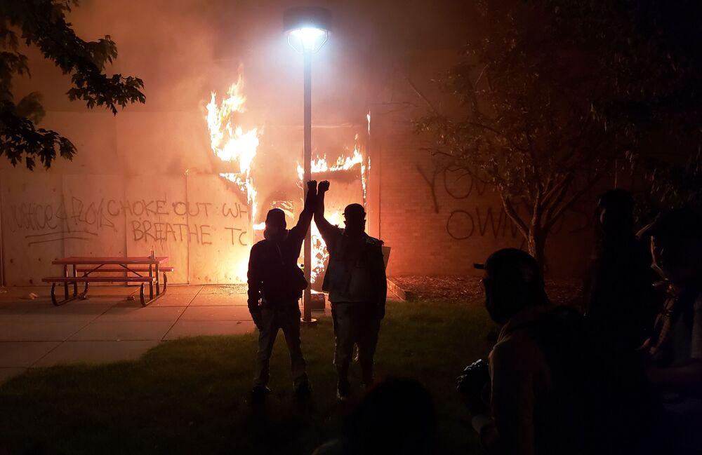 Protestoların dördüncü gününde Minneapolis kentinde sokağa çıkma yasağı başlar başlamaz polis, göstericileri sert müdahale ve biber gazıyla dağıttı.  Kentteki bir polis merkezinin önünde toplanan  protestocular, taşıdığı döviz ve attığı sloganlarla Floyd için adalet çağrısı yaptı
