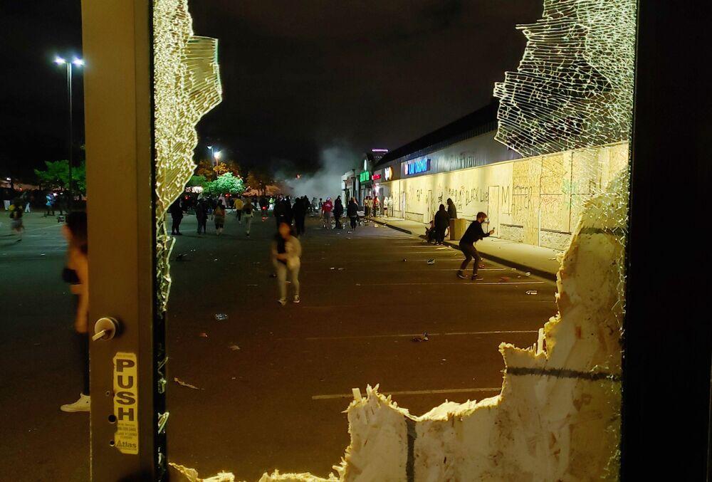 Minneapolis'te çatışmalar devam ederken etrafta bulunan bazı mağazaların yağmalandığı anlar da kameralara yansıdı