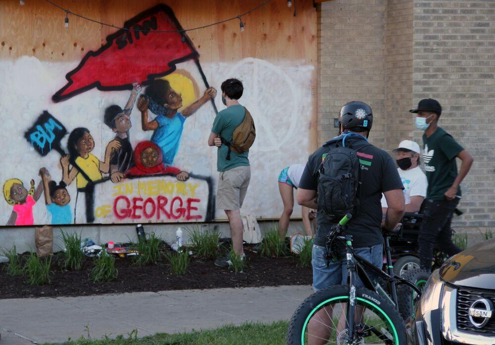 ABD'nin Minneapolis kentinde polis tarafından gözaltına alınırken hayatını kaybeden George Floyd'un anısına çizilen duvar resmi